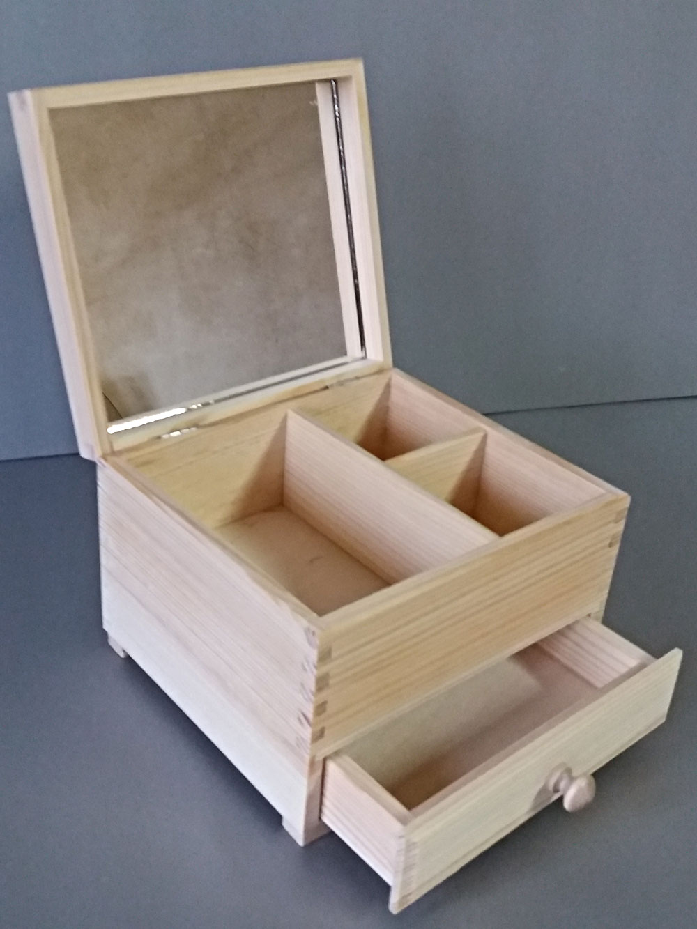 pudełko z drewna na biżuterię